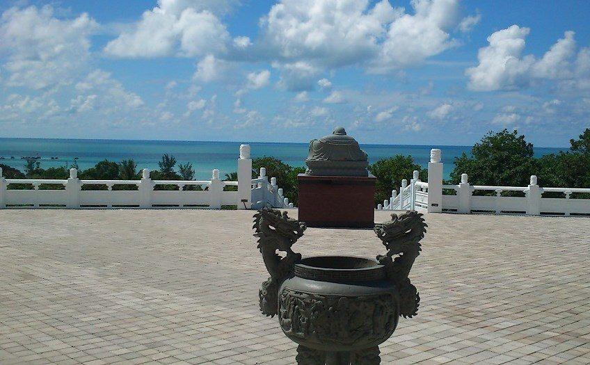 Pagoda yang menghadap ke laut. Sember foto : bangliman.files.wordpress.com