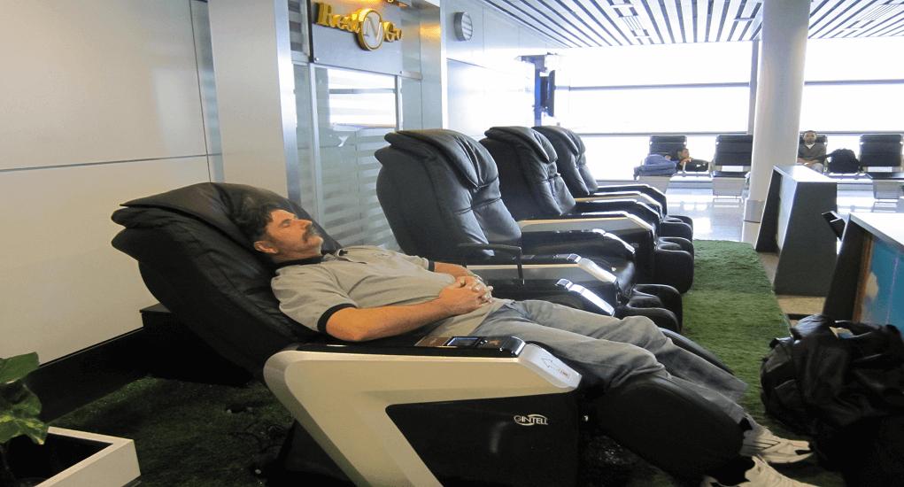 Bandara Changi - Duduk Istirahat Di Kursi Relaksasi