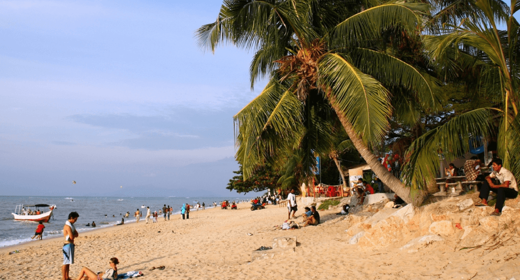 Batu Ferringhi - Duduk Sambil Menikmati Keindahan Pantai