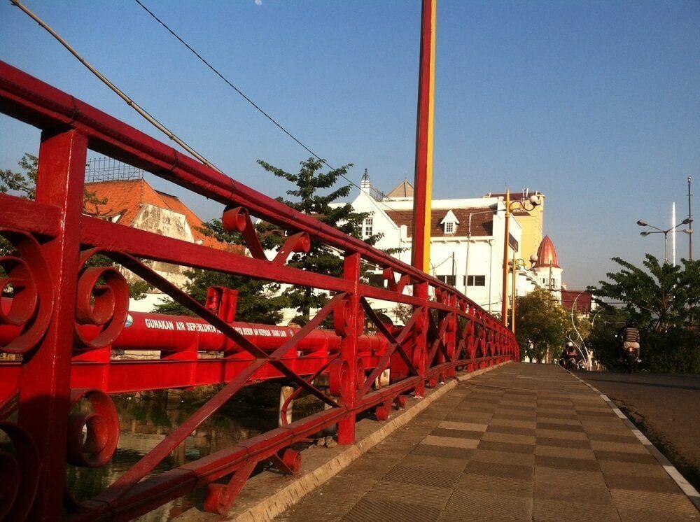 Jembatan Merah kabarnya berwarna demikian karena pertumpahan darah yang terjadi di lokasi ini