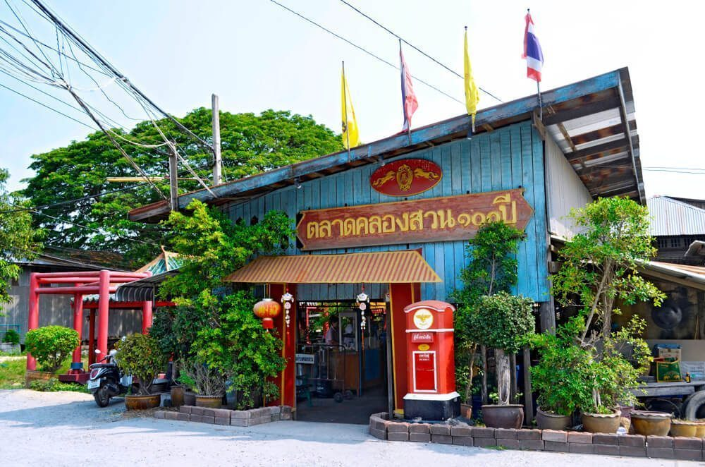 Experience an authentic Thailand vibe at Khlong Suan Market