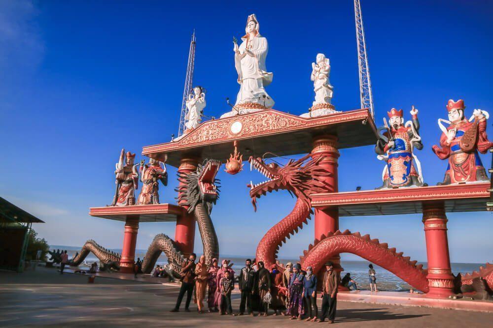 Klenteng Sanggar Agung dengan patung Dewi Kwan Im yang sangat besar