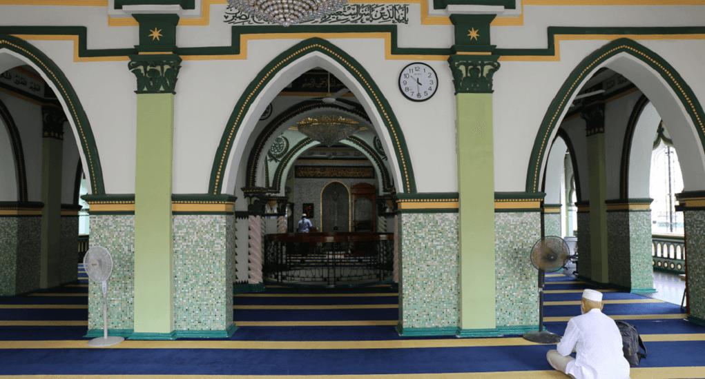 Masjid Abdul Ghofur - Arsitektur Bangunan dengan Dominasi Warna Kuning dan Hijau