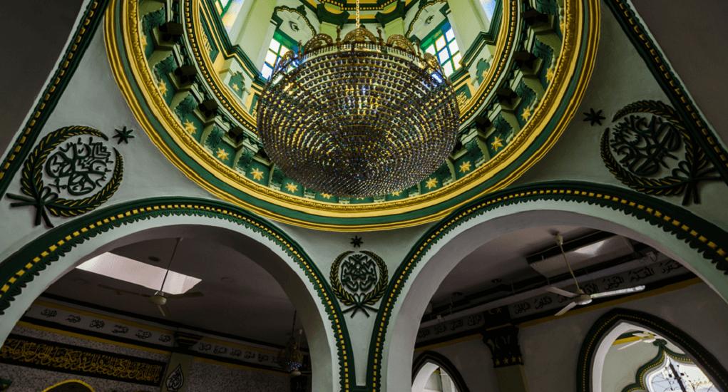Masjid Abdul Ghofur - Bagian dalam Masjid Dihiasi Ukiran Kaligrafi