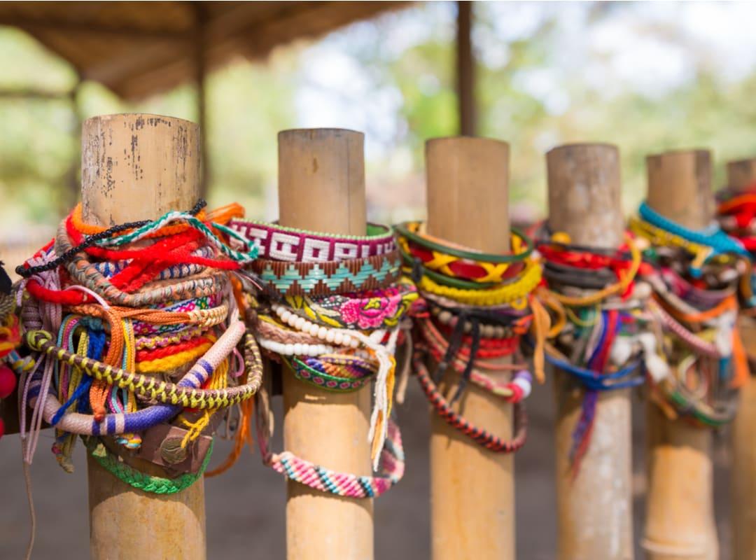 Gelang warna-warni untuk mengenang korban Ladang Pembantaian