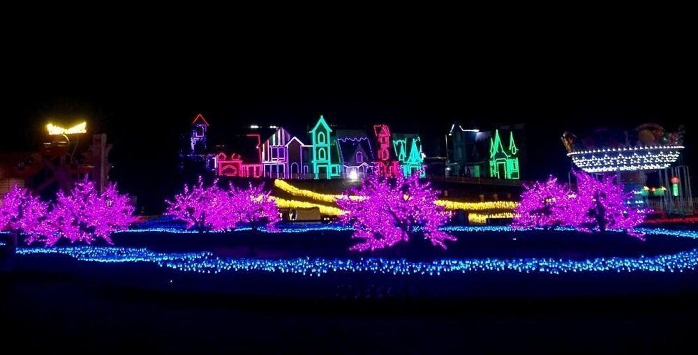 Berfoto ria dengan cahaya di Milenial Glow Garden