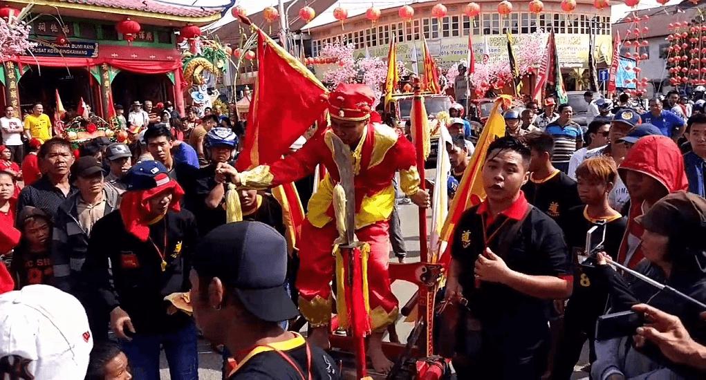 Tradisi Imlek Unik di Indonesia - Atraksi debus di Singkawang