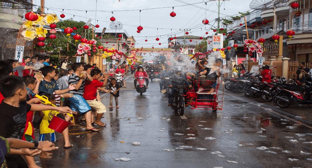 Tradisi Imlek Unik di Indonesia - Perang Air di Riau