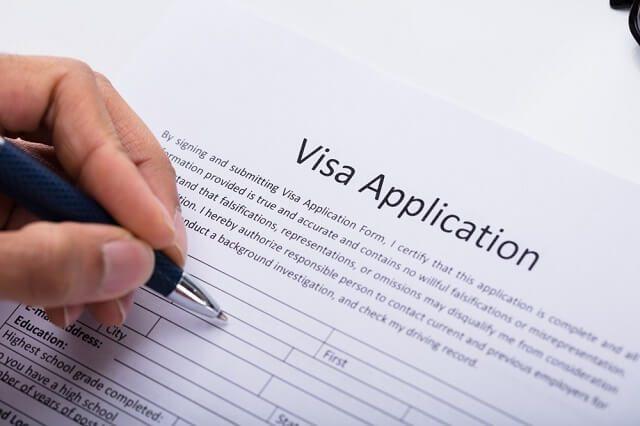mengisi formulir pengajuan Visa