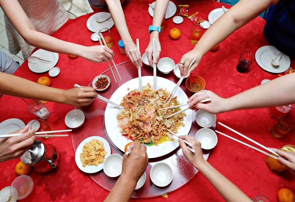 yu sheng dimakan bersama keluarga